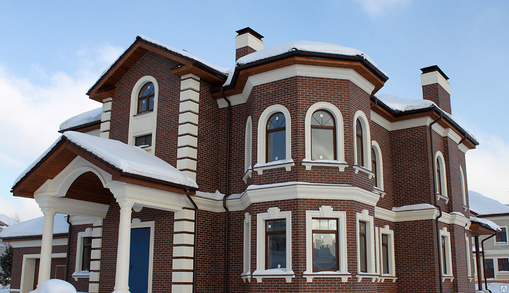 Что лучше применять для отделки фасада здания: фасадный декор из камня или пенопласта?